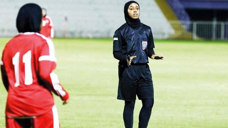الحَكمة الإماراتية خلال إدارتها لإحدى المباريات.  من المصدر
