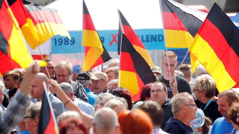 مجموعة من المؤيدين للحزب اليميني المتطرف في ألمانيا (البديل لألمانيا) أثناء إحدى حملاته الانتخابية عام 2019.  رويترز