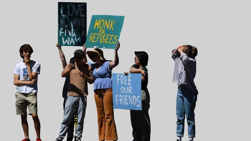 محتجون في أستراليا يطالبون بإطلاق سراح طالبي اللجوء المحتجزين بفندق بارك في ملبورن.   إي.بي.إيه