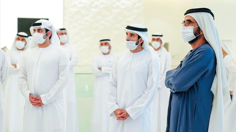 محمد بن راشد خلال إطلاق المنصة الجديدة بحضور حمدان بن محمد ومكتوم بن محمد. وام