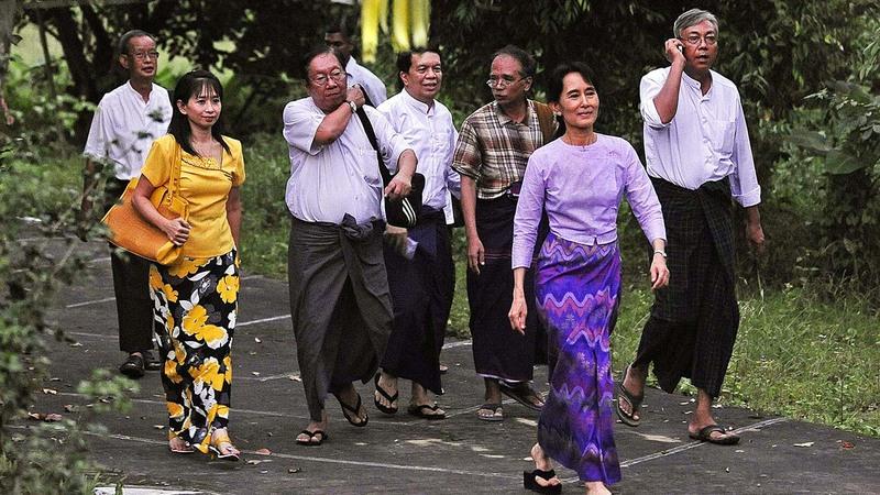 سو تشي يوم إطلاق سراحها عام 2010 من الإقامة الجبرية حيث بدأت رحلتها السياسية.  أ.ف.ب