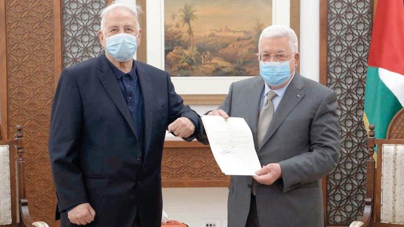 محمود عباس يسلّم مرسوم الانتخابات إلى رئيس لجنة الانتخابات حنا ناصر.  رويترز