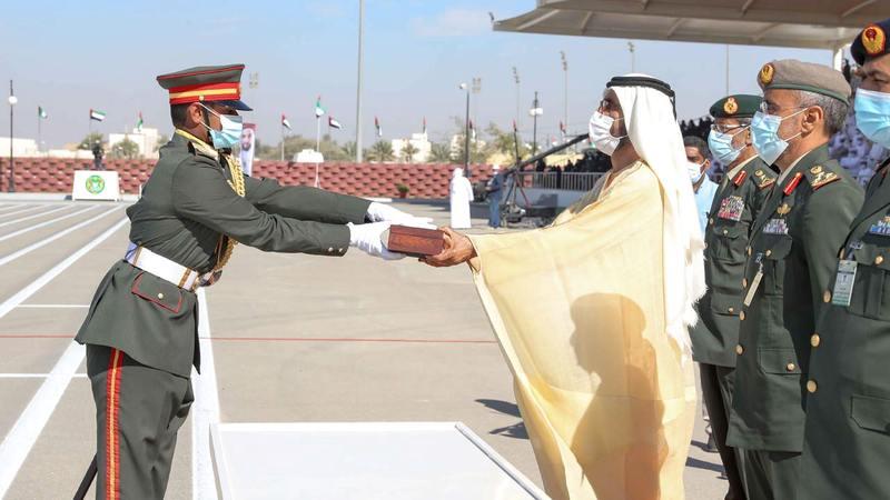 محمد بن راشد خلال تكريم أحد المرشحين الضباط. وام