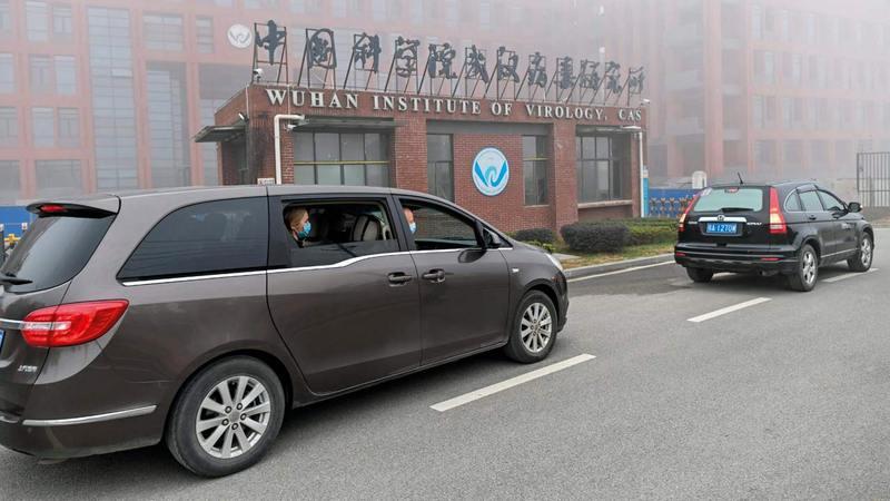 خلال وصول خبراء منظمة الصحة العالمية إلى معهد علم الفيروسات في ووهان.    أ.ف.ب