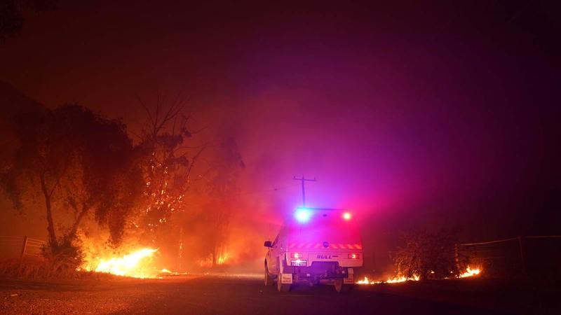 رجال الإطفاء يكافحون النيران.   إي.بي.إيه