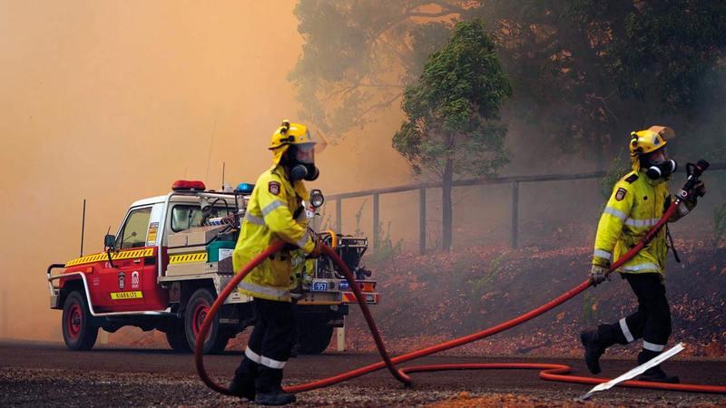 رجال الإطفاء يواجهون ظروفاً صعبة وسط ألسنة اللهب المتصاعدة.   إي.بي.إيه