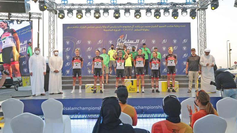 نجمات شباب الأهلي مُتوَّجات بالمركز الأول على منصة التتويج.   الإمارات اليوم