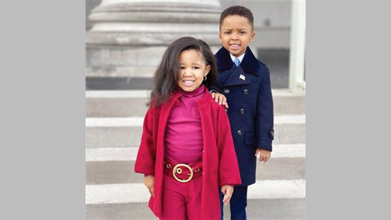 الطفلان ريلي هامبتون وزيدن لوي يقلدان أوباما وزوجته.