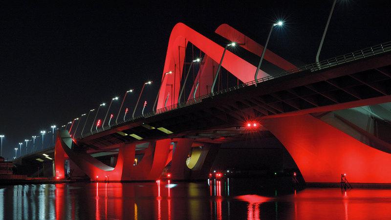 جسر الشيخ زايد يكتسي بلون الكوكب الأحمر دعماً لمهمة «مسبار الأمل».  من المصدر