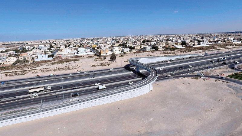 الجسر يسهم في تسهيل حركة وتنقل المشاة بين جانبي شارع رأس الخور.  من المصدر