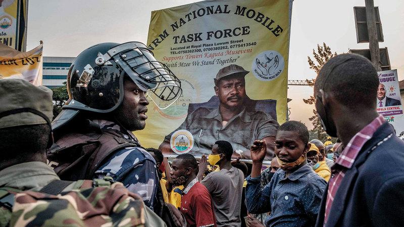 مؤيدو موسيفيني ينتظرون وصوله إلى العاصمة كمبالا.  غيتي