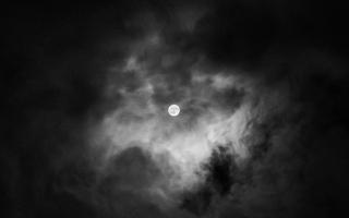 الصورة: بالصور.. القمر بلقطات أحادية اللون