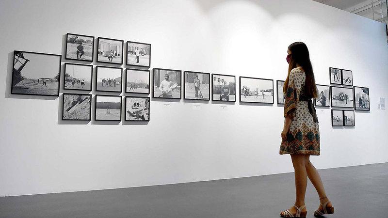 لوحات ترصد علاقة الإنسان بالمساحات العامة من حوله.  تصوير: إريك أرازاس.