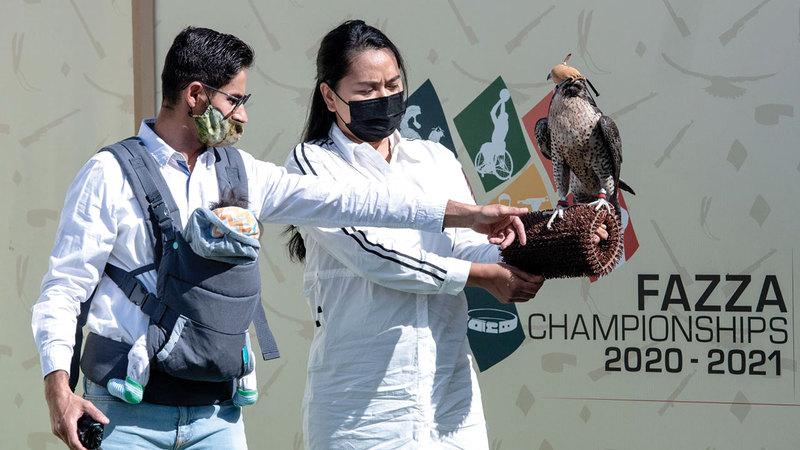 الإندونيسية ميشيل سانغ وزوجها اليوناني باناجيوتيس أزمانيس شاركا في المنافسات.   من المصدر