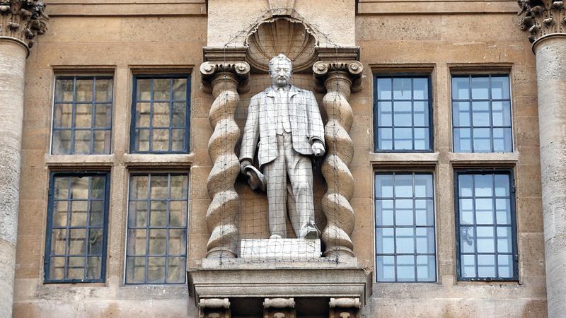 تمثال رودس المثير للجدل على واجهة كلية أوريل المرموقة في جامعة أكسفورد.  أرشيفية