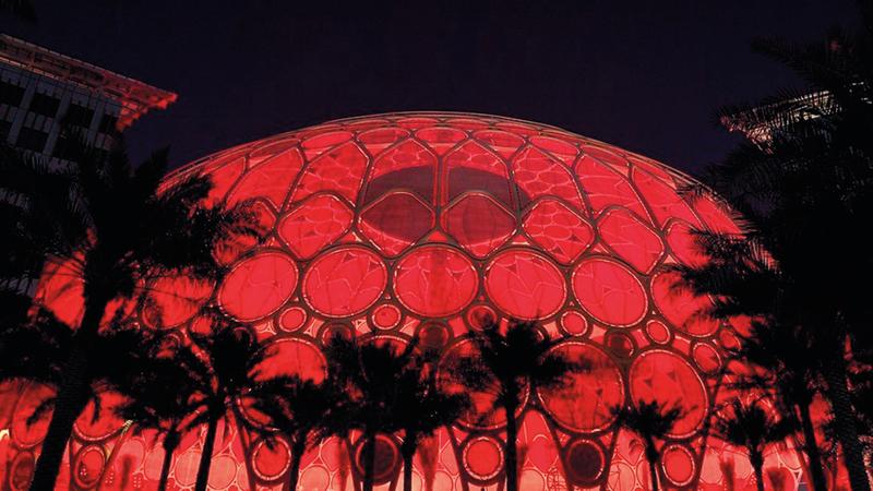 «إكسبو 2020 دبي» باللون الأحمر استعداداً لدخول «مسبار الأمل» إلى مداره حول الكوكب الأحمر. من المصدر