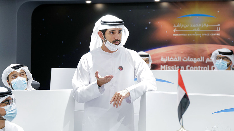 حمدان بن محمد يتفقّد آخر الاستعدادات لوصول مسبار الأمل إلى المريخ.  وام