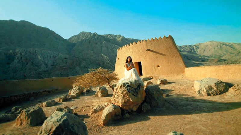 ليلى كاردان تقدم أغنيتها في قلعة ضاية.  من المصدر