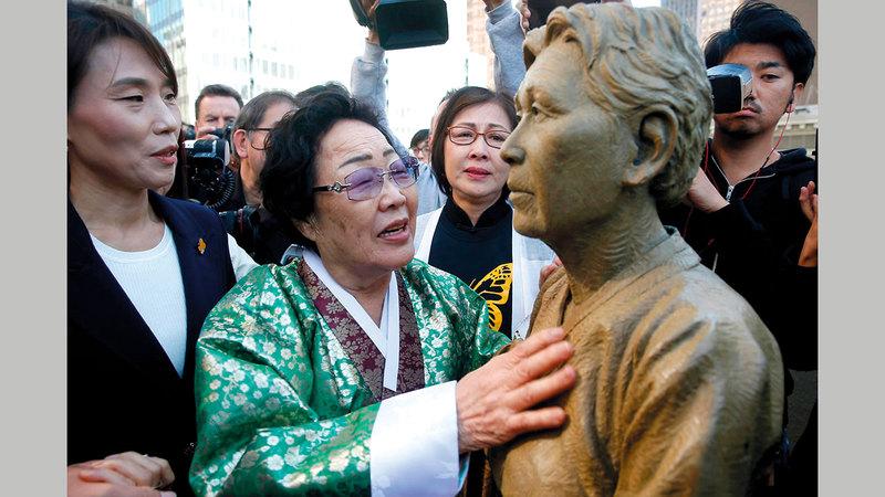 يونغ سول لي أمام نصب تذكاري في سان فرانسيسكو يرمز إلى محنة رفيقاتها في اليابان إبان الحرب العالمية. أرشيفية