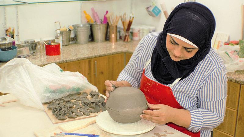 الريس أوضحت أن مشروعها يعتمد على استخدام اليدين والطين لتشكيل ونحت الصلصال.  من المصدر