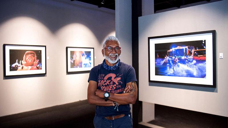 أشوك فيرما يشارك في المهرجان بأعمال تحت عنوان «الإمارات تكافح كوفيد-19».  تصوير: أحمد عرديتي