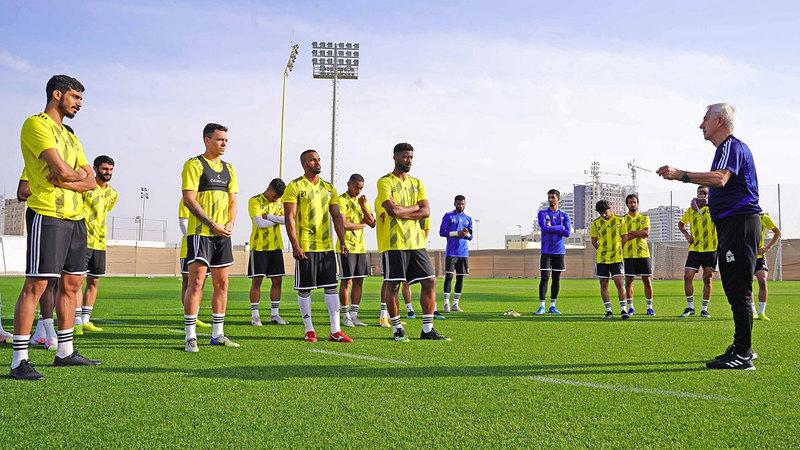 مارفيك يسدي تعليماته التدريبية للاعبي المنتخب الوطني.  من المصدر