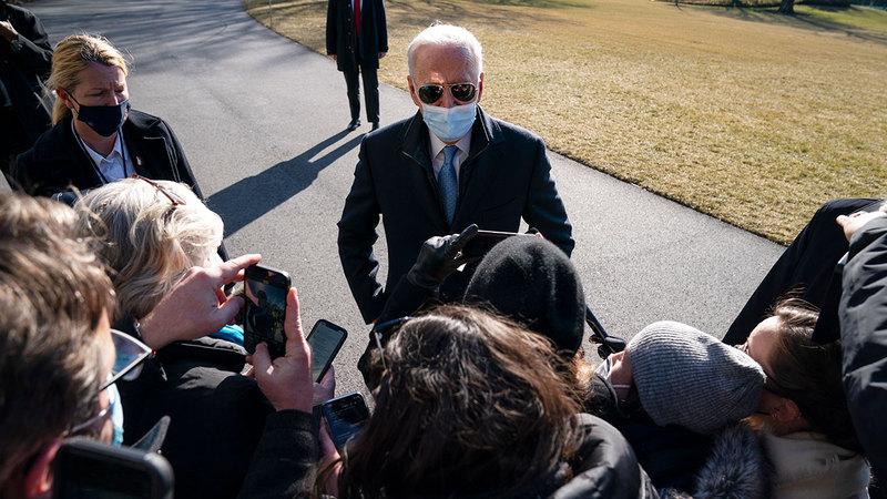الرئيس الأميركي جو بايدن يتحدث مع الصحافيين في الحديقة الجنوبية للبيت الأبيض.  أ.ب