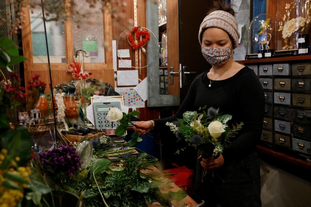 تجّار في باريس يحاولون إثناء الزبائن عن شراء الورود بسبب أضرارها البيئية. رويترز