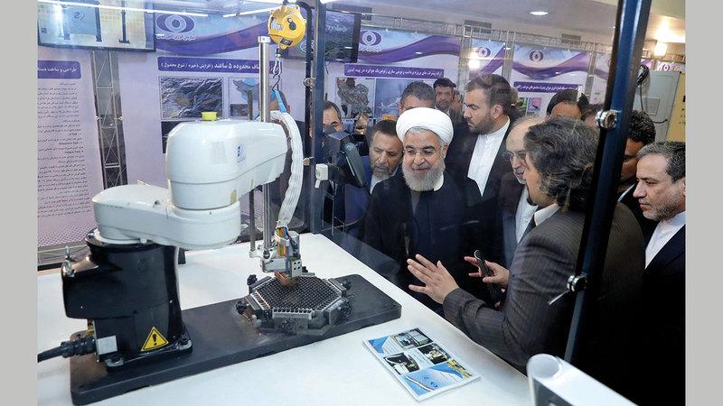 الرئيس الإيراني يستمع لشرح حول التقدم النووي الإيراني احتفالاً باليوم النووي الوطني.   أ.ب