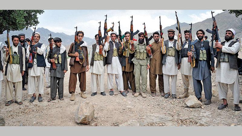 قرويون مسلحون يستعدون لحماية أنفسهم من هجمات حركة «طالبان».   أ.ف.ب