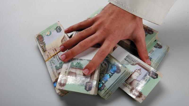رصيد القروض الشخصية لأغراض استهلاكية بلغ بنهاية ديسمبر الماضي 325.8 مليار درهم.   أرشيفية