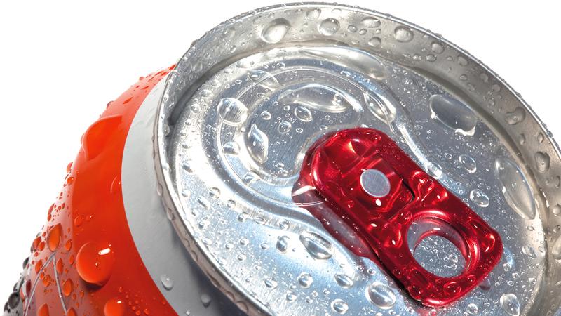 العبوات المخالفة شملت سلعاً انتقائية من مشروبات «طاقة» و«غازية» و«مُحَلَّاة».  غيتي