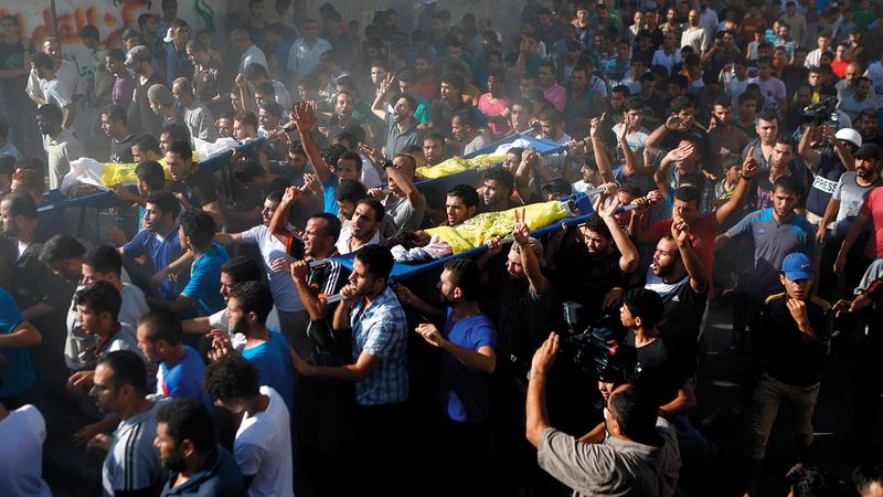 جماهير غفيرة تشيّع جثامين الأطفال الأربعة من عائلة بكر الذين استشهدوا في هجوم إسرائيلي عليهم وهم يلعبون كرة القدم على شاطئ غزة.   أ.ف.ب