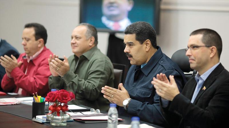 الرئيس الفنزويلي نيكولاس مادورو (الثاني من اليمين) خلال اجتماع في القصر الرئاسي.   أ.ف.ب