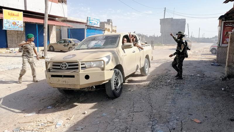 مجموعة من قوات شرق ليبيا في عين زارا.    رويترز
