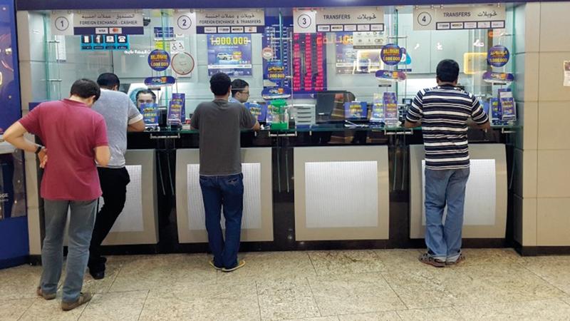 رسوم تحويل الأموال في الإمارات تعد من الأقل عالمياً.  تصوير: أسامة أبوغانم