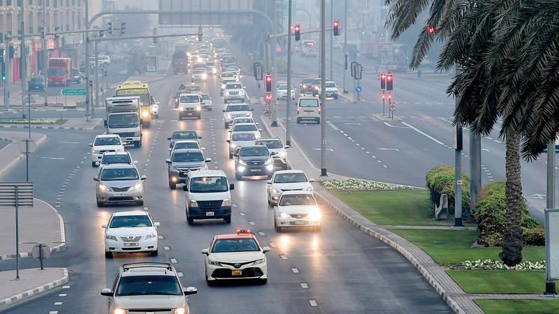 شرطة دبي طالبت السائقين بالالتزام بالتعليمات أثناء الضباب.   أرشيفية