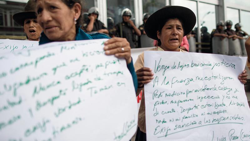 ضحايا من النساء ينظمن تظاهرة ضد الحكومة.  أرشيفية