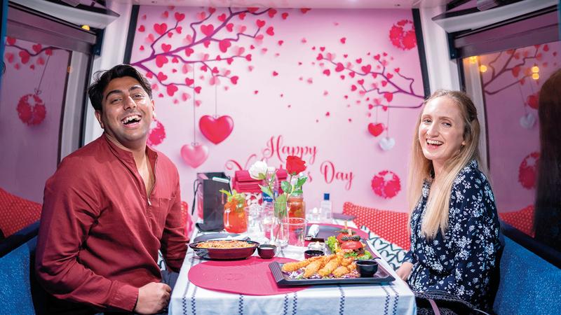 جسيكا ومحمد من بريطانيا خلال العشاء الفاخر في إحدى مقصورات عجلة العالم الشهيرة.  من المصدر