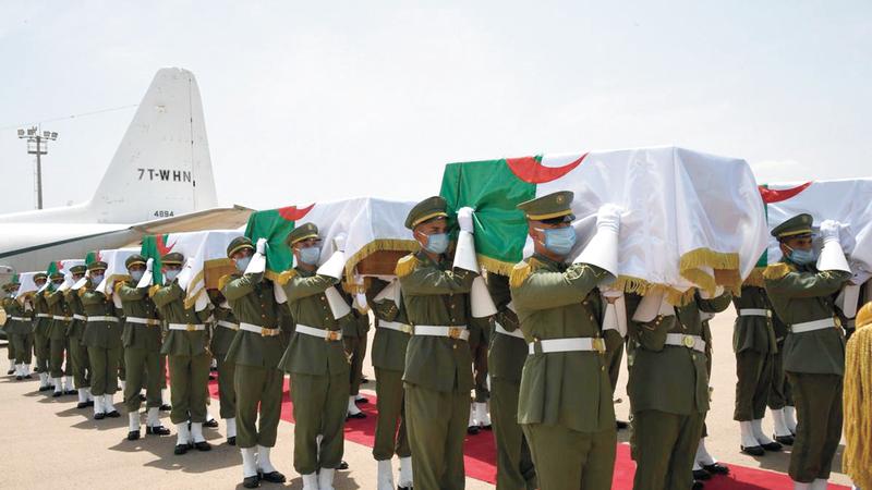 الجزائر تستعيد رفات 24 جندياً جزائرياً مناهضين للاستعمار الفرنسي لبلادهم أعدمتهم باريس.  أ.ف.ب