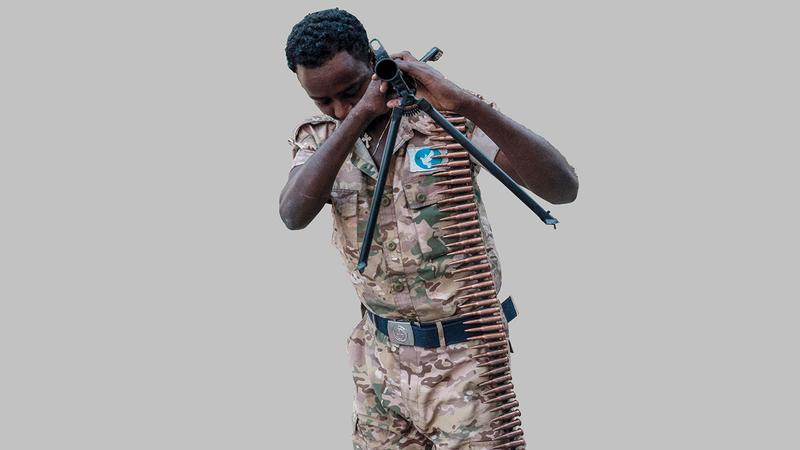 جندي من القوات الخاصة الإثيوبية بأحد المعسكرات في حالة استراحة.   أ.ف.ب