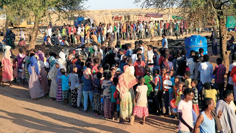 تجمع من اللاجئين الإثيوبيين الفارين من الحرب في تيغراي.   رويترز