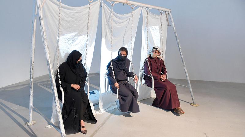 نورة الكعبي خلال جولتها في أروقة المعرض الذي يضم 52 مشروعاً.  من المصدر