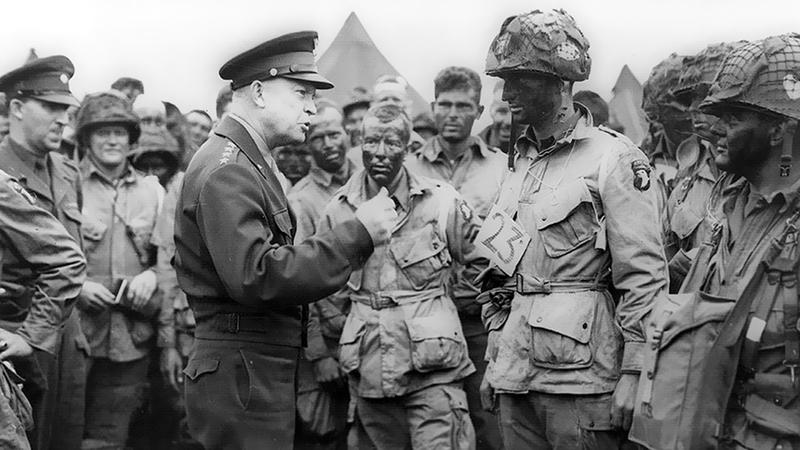 أيزنهاور يوجه الجنود خلال الحرب العالمية.   أرشيفية