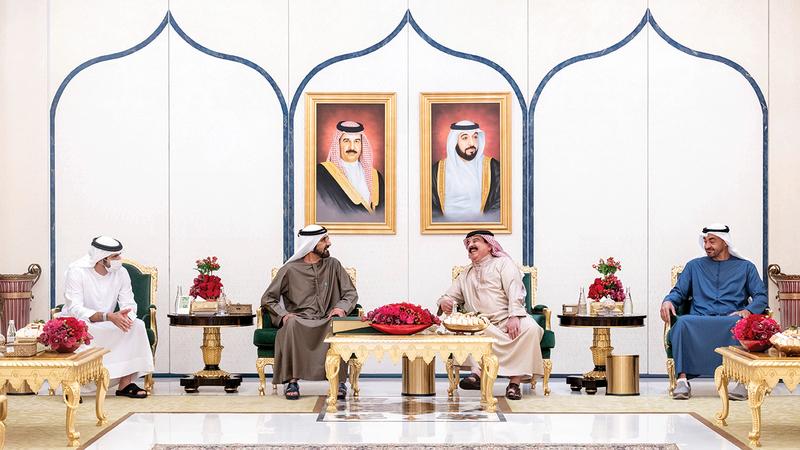 ملك البحرين ومحمد بن راشد ومحمد بن زايد وحمدان بن محمد يتبادلون الأحاديث الودية.  وام
