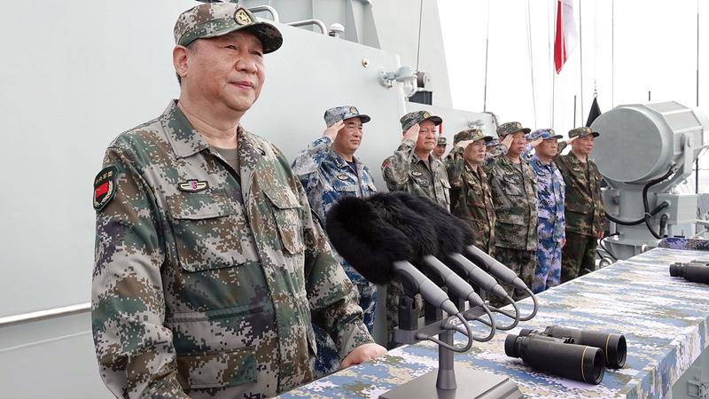 الرئيس الصيني يستعرض الأسطول البحري في بحر الصين الجنوبي.   أ.ب