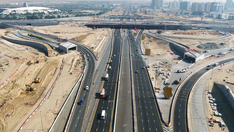 جانب من سير العمل في مشروع تطوير طريق دبي-العين.  من المصدر