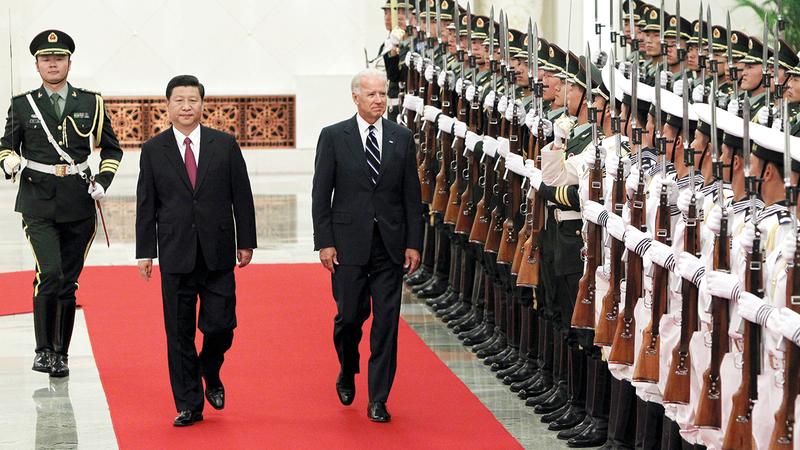 بايدن في صورة أرشيفية مع الرئيس الصيني شي جين بينغ.   أرشيفية