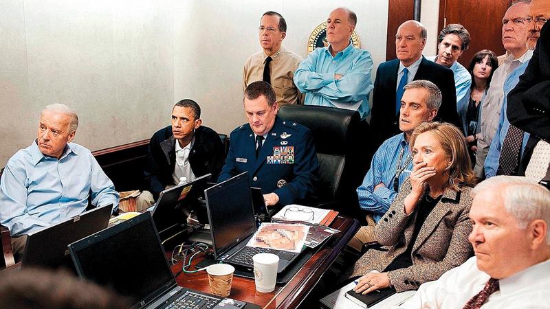 أوباما يتابع عبر الفيديو القضاء على زعيم «القاعدة» أسامة بن لادن ويقف بلينكن في الخلف (الرابع من اليسار).   من المصدر