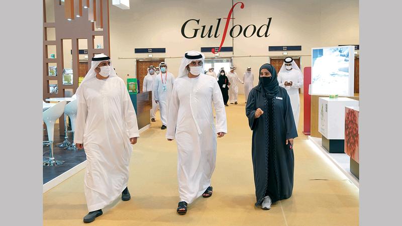مكتوم بن محمد خلال تفقده الأجنحة المشاركة بمعرض «غلفود».  وام